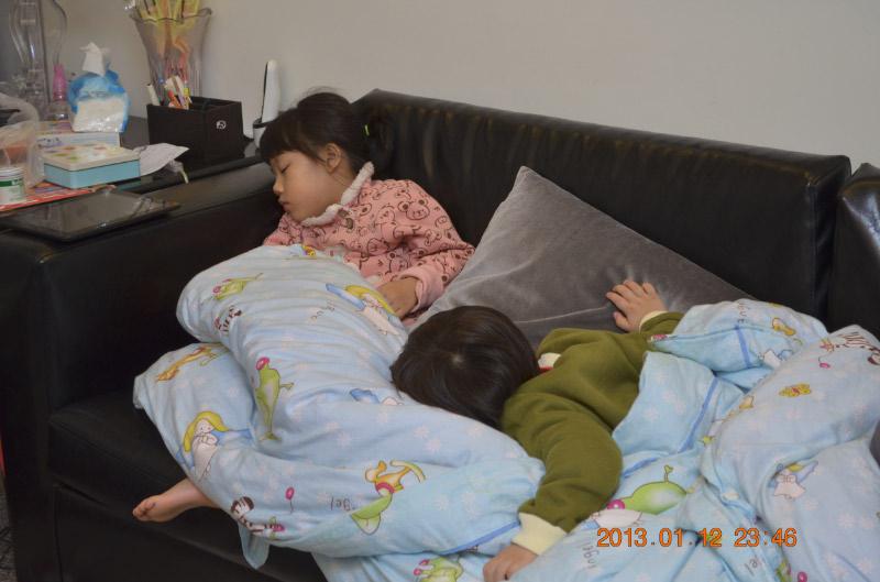 又要抱這兩隻去房間睡了......