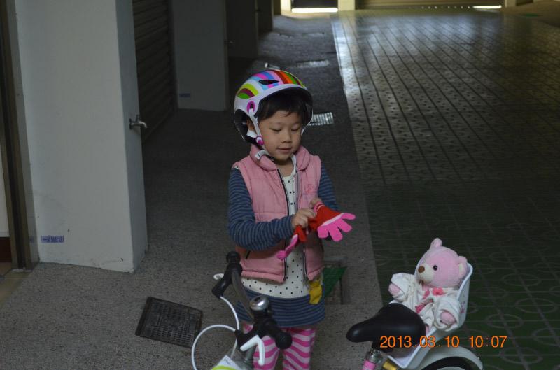戴上手套, 再來騎騎腳踏車~~