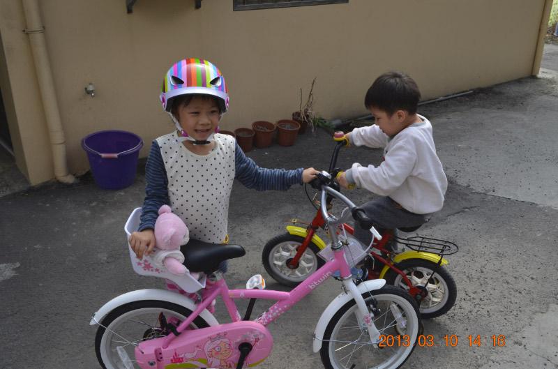 姊, 不要整天牽腳踏車, 要像我一樣用騎的
